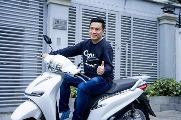 Ca sĩ Lam Trường trải nghiệm xe máy điện