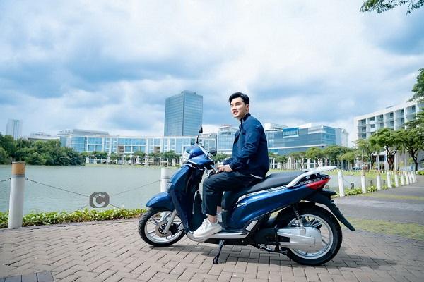 Hình ảnh Ưng Hoàng Phúc sử dụng xe máy điện