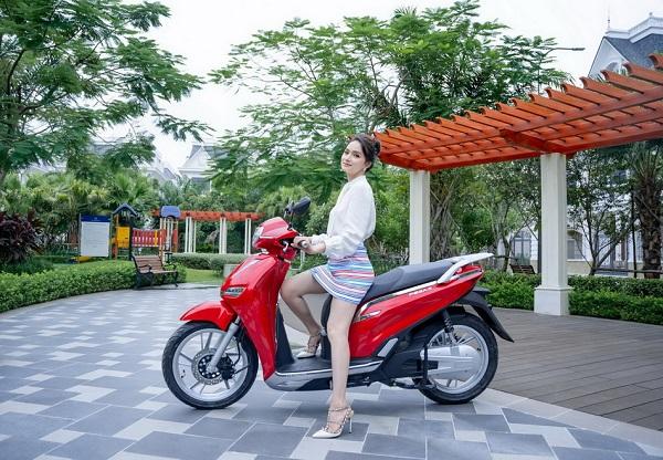 Hương Giang trải nghiệm sử dụng xe máy điện