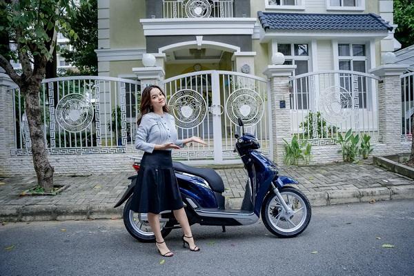 Phạm Quỳnh Anh trải nghiệm xe máy điện