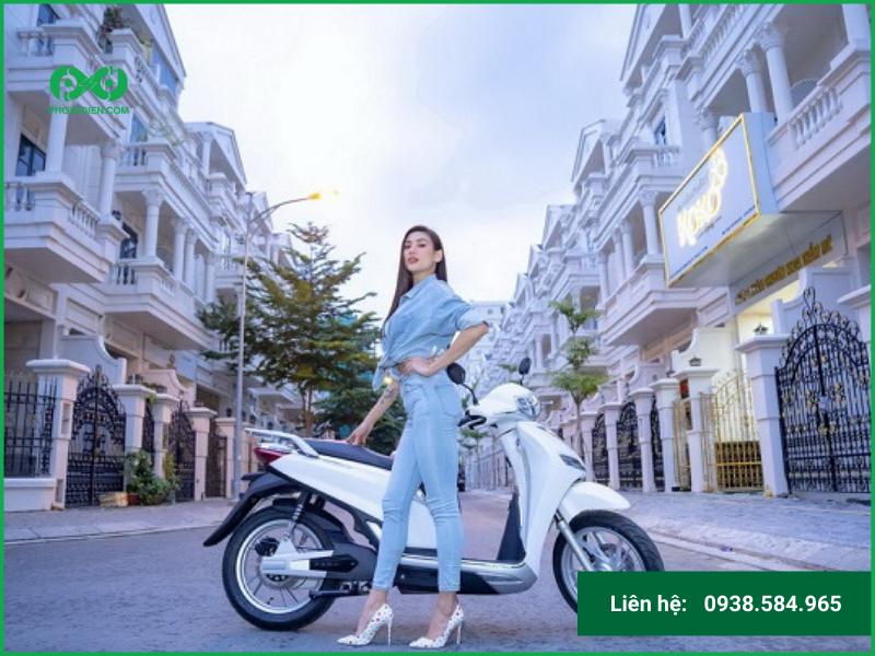 Võ Hoàng Yến trải nghiệm xe máy điện