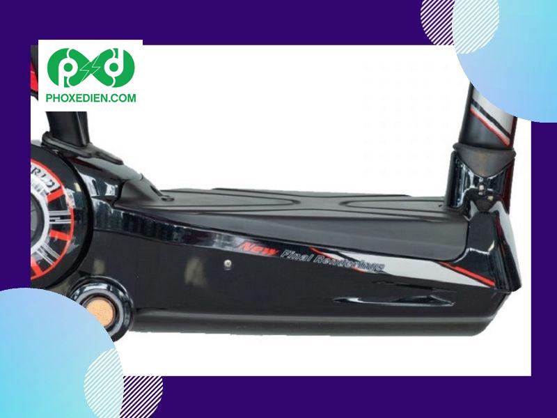 Xe đạp điện EV S8 Plus có bàn để chân chống trượt, rộng rãi.