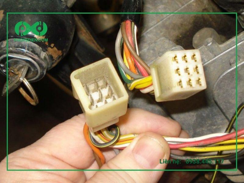 Kiểm tra Jack cắm kết nối bình điện có thể bị đứt hoặc tuột, hỏng hóc khiến xe máy điện bị mất nguồn, tắt máy. Nên thay thế nếu có tình trạng cháy nổ jack cắm.