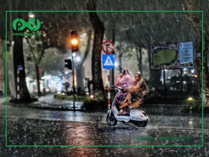 Tránh hoặc hạn chế sử dụng xe máy điện trong thời tiết mưa gió