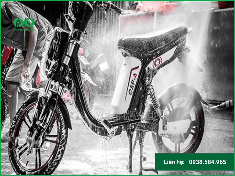 Rửa sơ xe đạp điện bằng nước